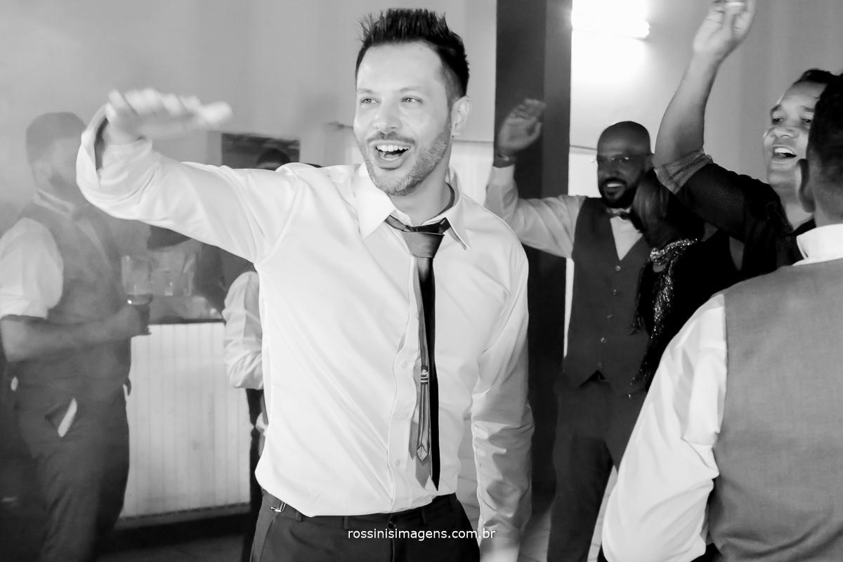 foto da balada noivo na pista de dança agitando a galera muita dança e muita musica boa