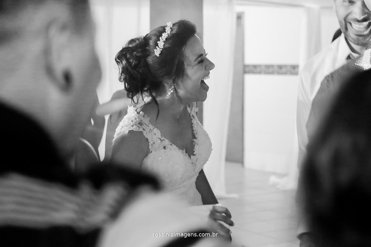 fotografia da balada pista de dança bombando com noivos super animados e felicidade não falta para noiva da rossinis imagens