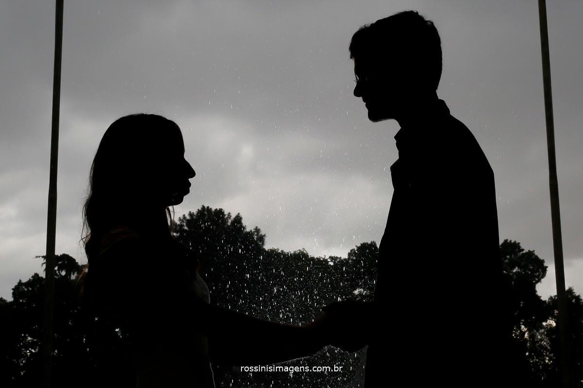 silhueta da Jaqueline e do Matheus juntos, ensaio fotográfico em baixo de chuva