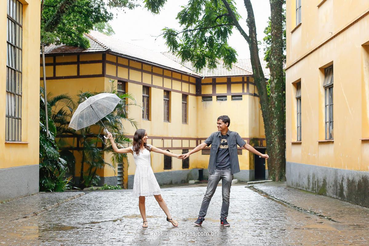 jaqueline e mathheus dançando na chuva brincando e sendo fotografodo por nos da rossinis imagens um prazer enorme e participar desse momento maravilhoso