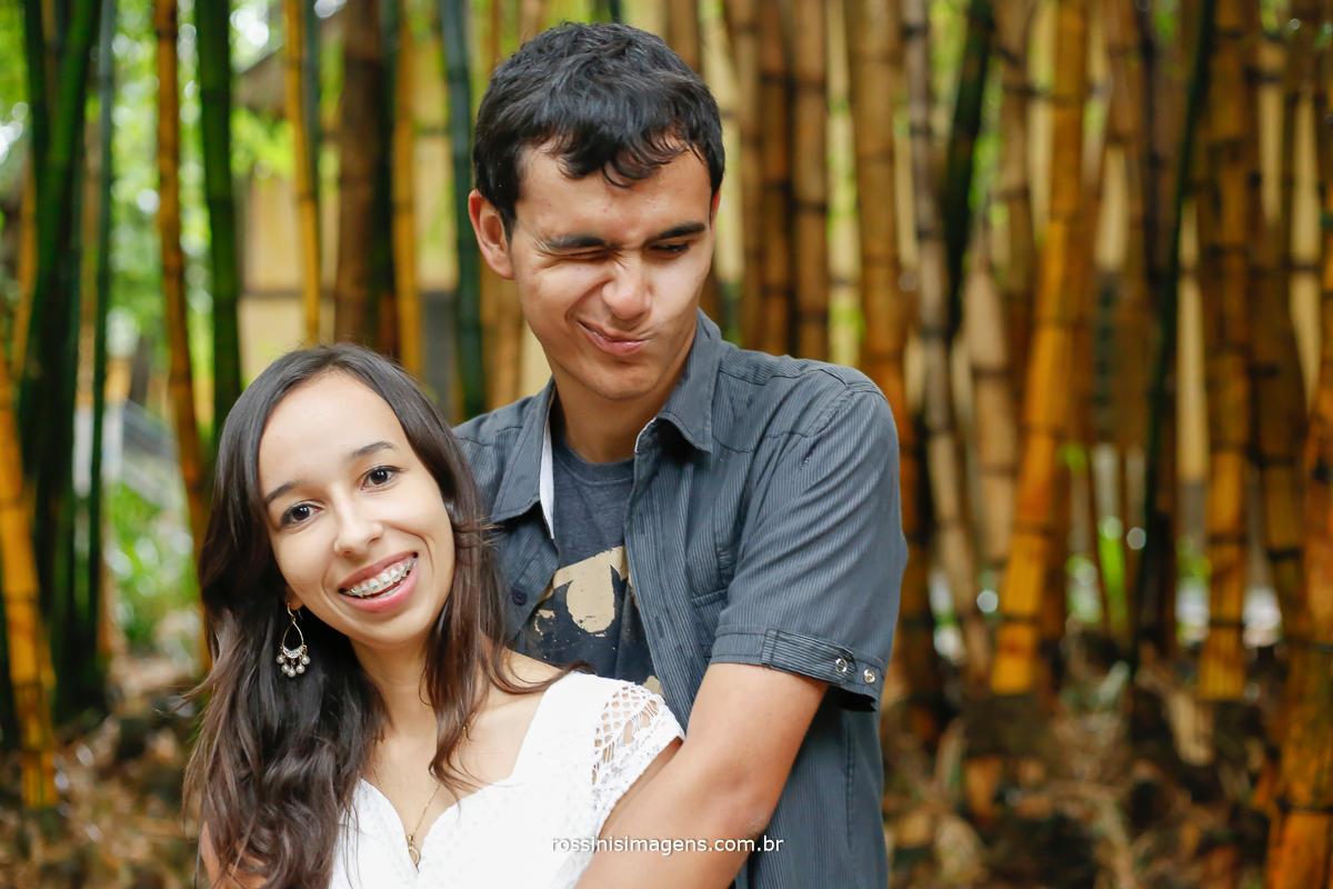 foto de casal apaixonado, sessão de fotos caras e bocas imagem de noivo fazendo graça