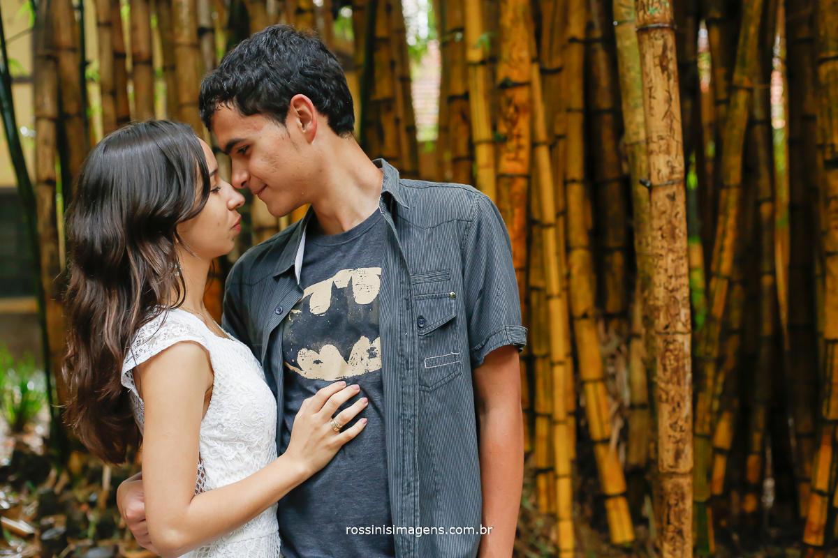 casal envolvido, unidos e em conexão, o amor ligando dois corações
