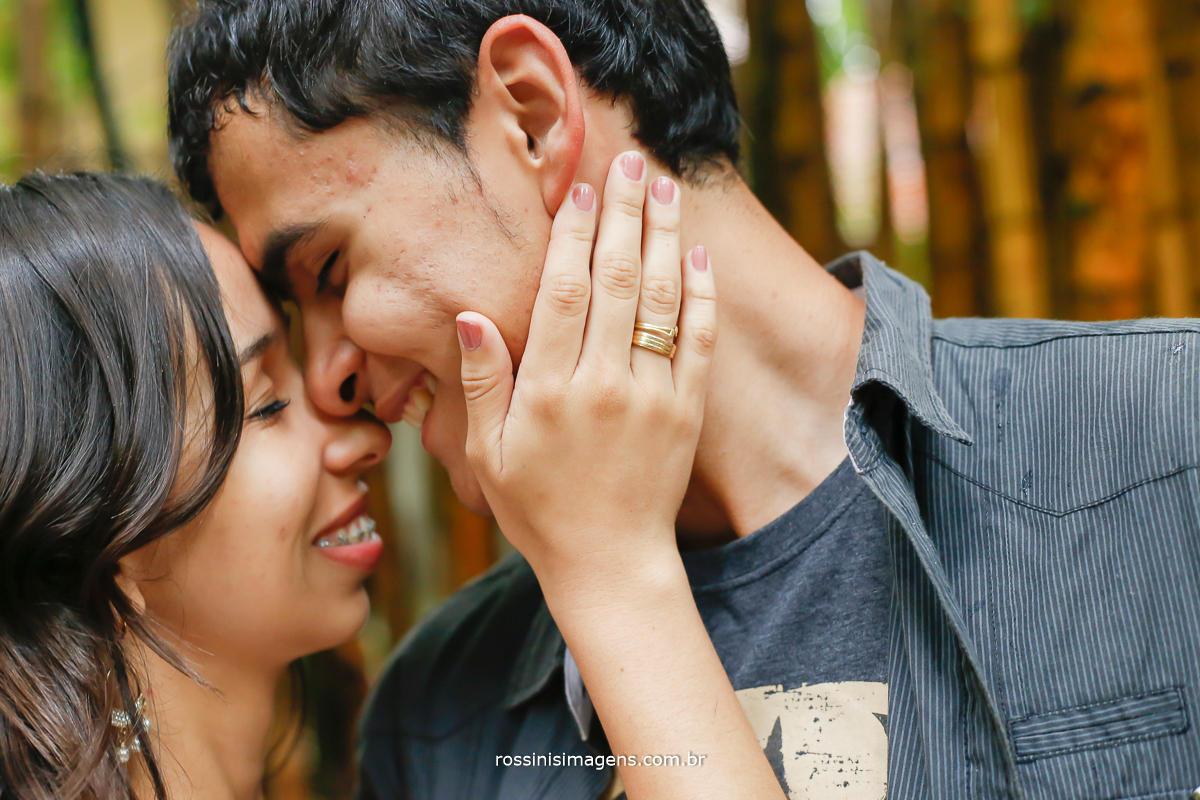 fotografia de casal de noivos em sessão de fotos no parque