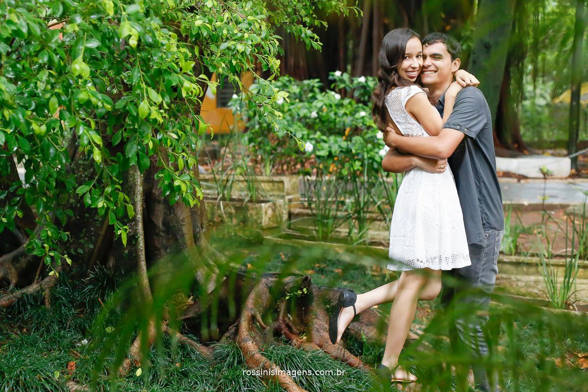 ensaio pre wedding da Jaqueline e do Matheus casal novo e muito apaixonado, eles estão abraçados próximo a uma arvore