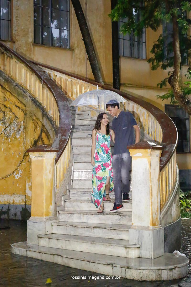 fotografia e video de ensaio de casal, fotografia e ensaio externo, no parque da agua branca em são paulo, foto do casal jaqueline e matheus descendo a linda escada do parque