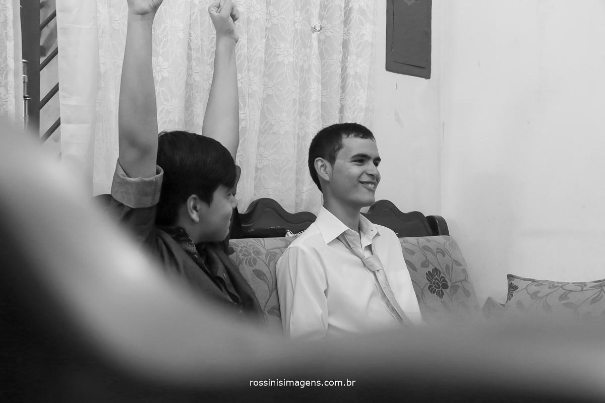 fotografia de casamento em making of, dia do noivo Matheus jogando videogame com o irmão antes do casamento