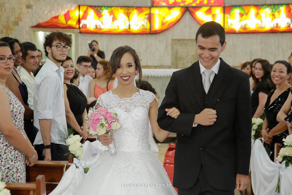 fotografo de casamento, noivos saída da igreja apos o cerimonia, fotografo para o casamento cerimonia e festa, em mogi das cruzes