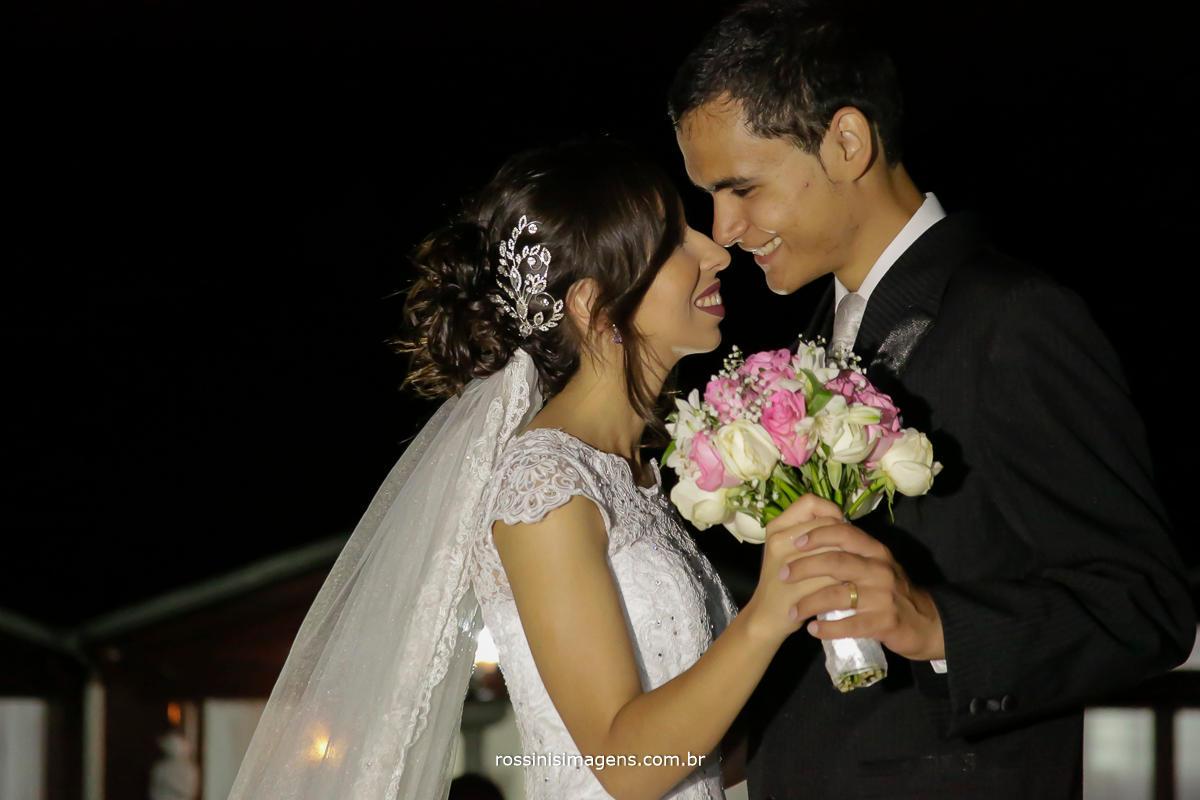 fotografia de casal, sessão de fotos dos noivos Jaqueline e Matheus segurando o buquê