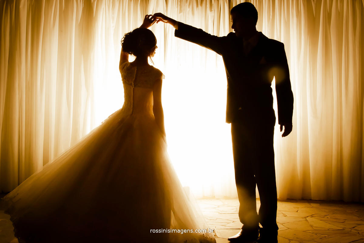 Sitio filomena em Mogi das Cruzes, casal comemorando o casamento, dançando