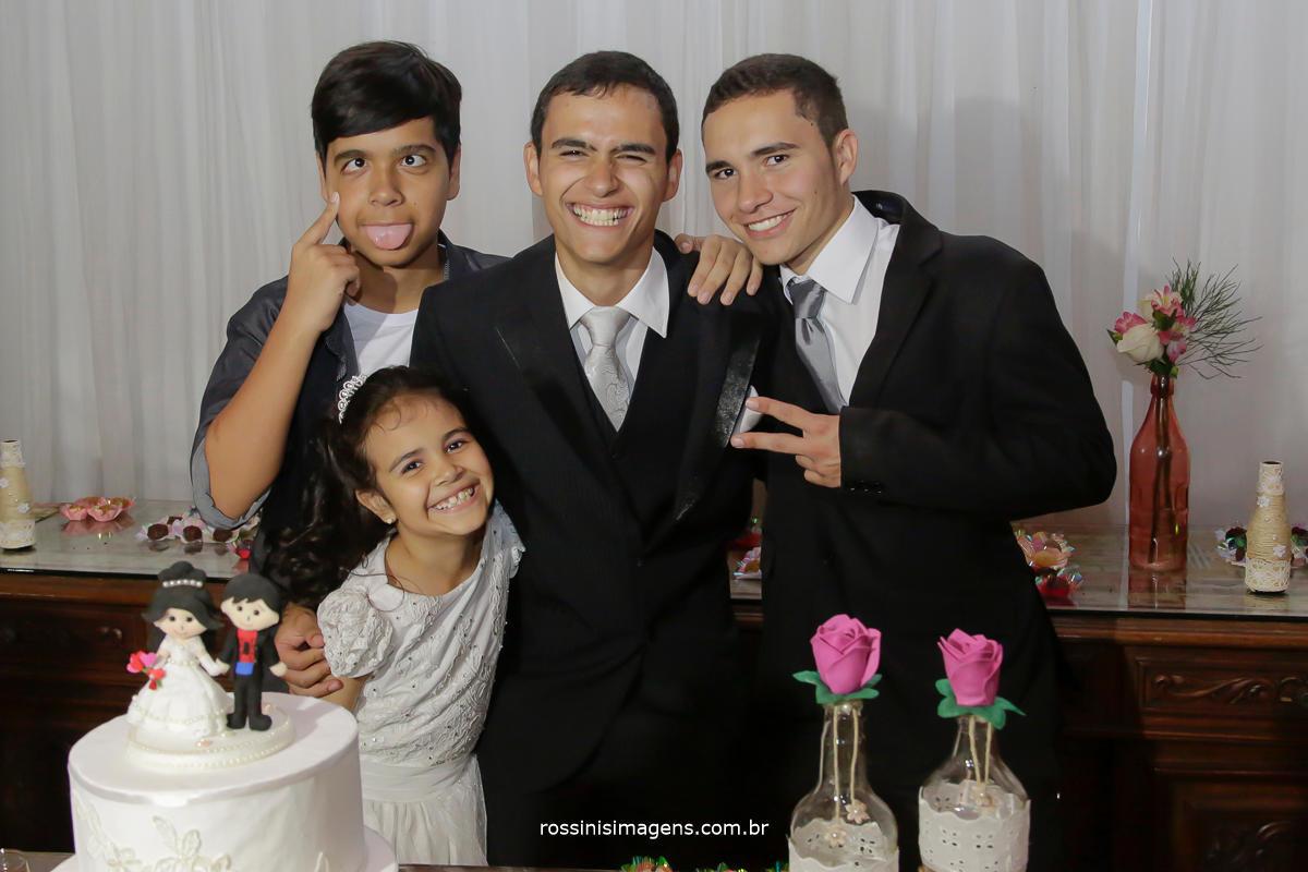 fotografia de casamento família do noivo com os irmãos no casamento