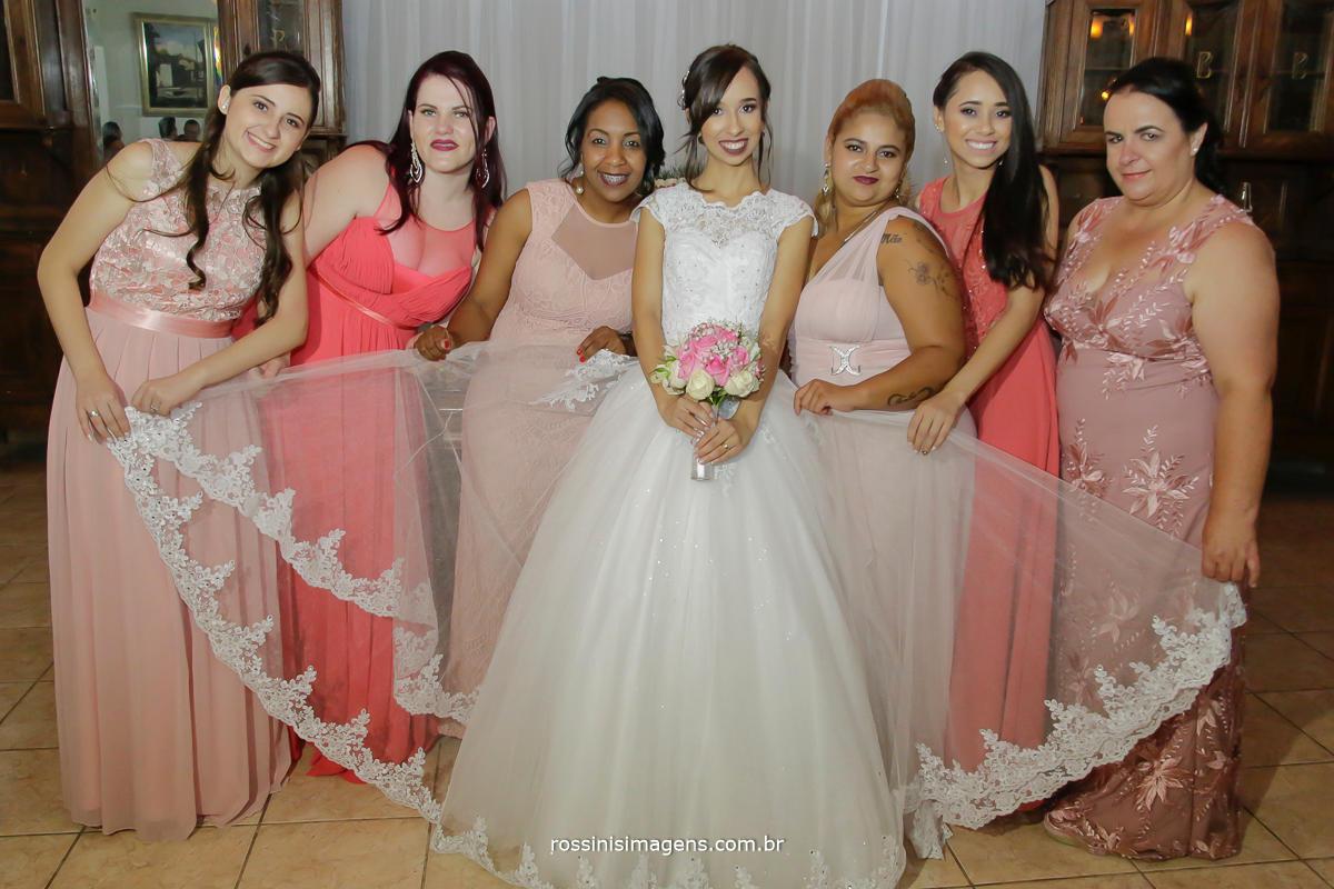 fotografia noiva com as madrinhas no bolo
