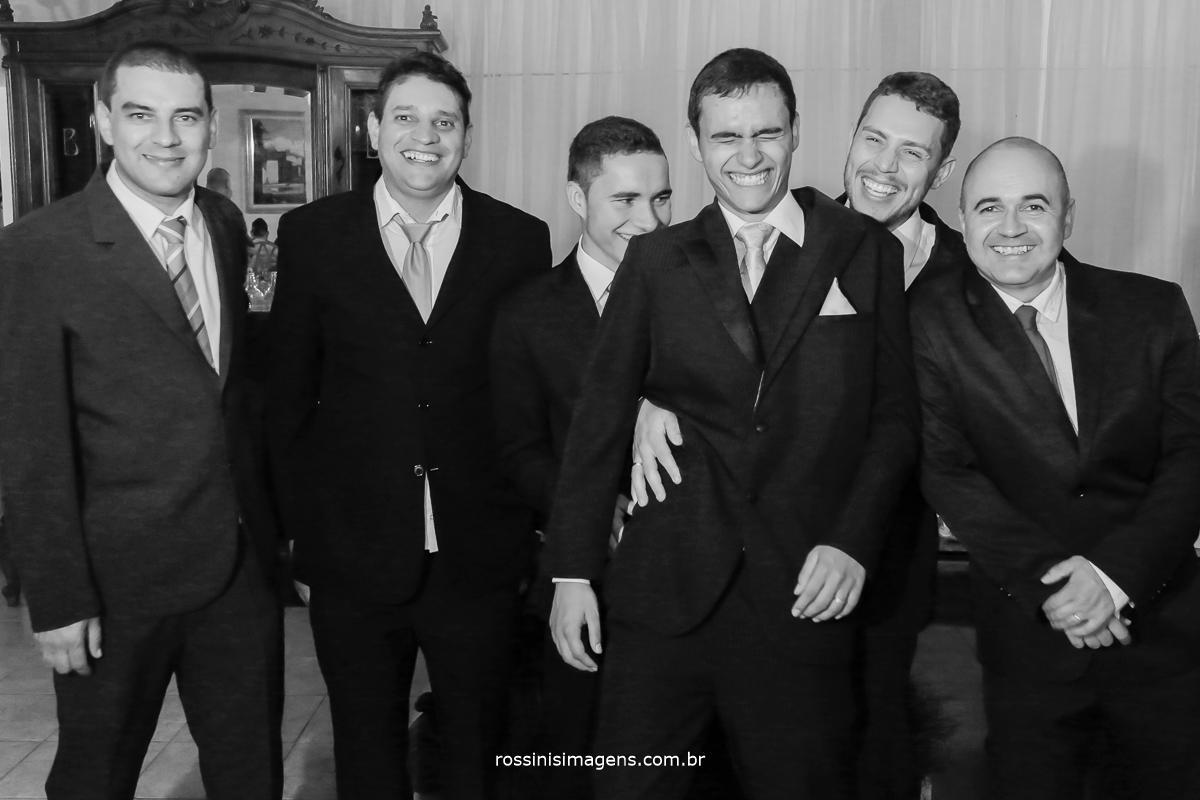 fotografia do noivo com todos os padrinhos