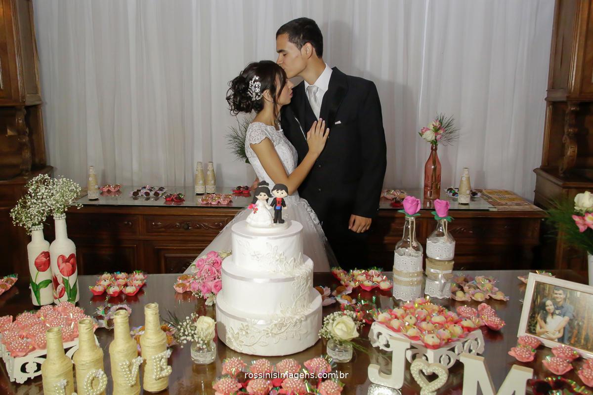 fotografia de casamento em mogi das cruzes - sp noivos na mesa do bolo