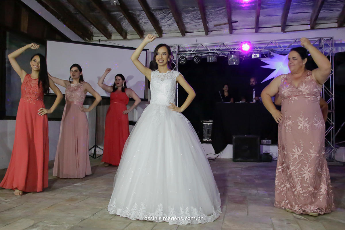 foto da noiva dançando abrindo a pista de dança com as madrinhas dançando