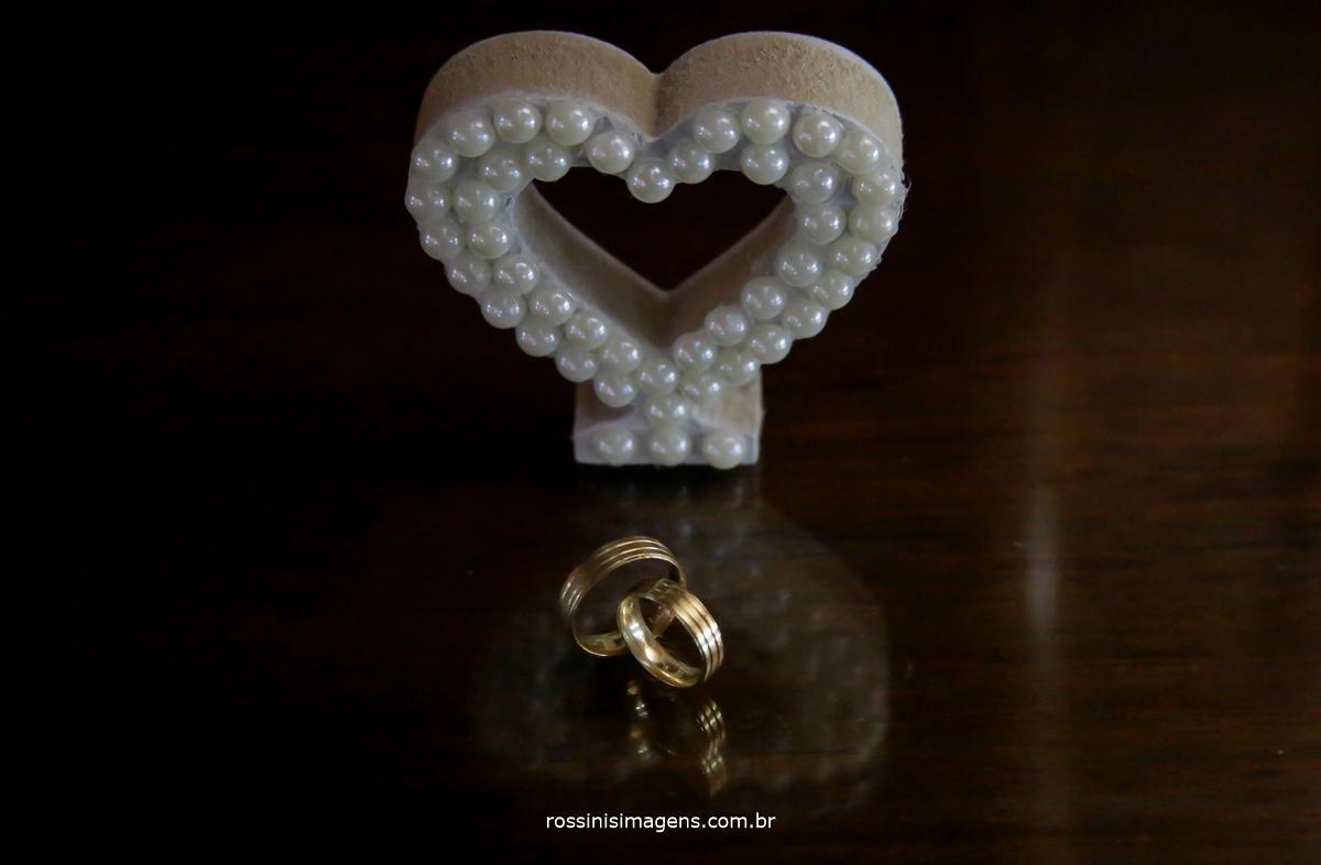 foto das alianças do casamento da Jaqueline e Matheus com o coração