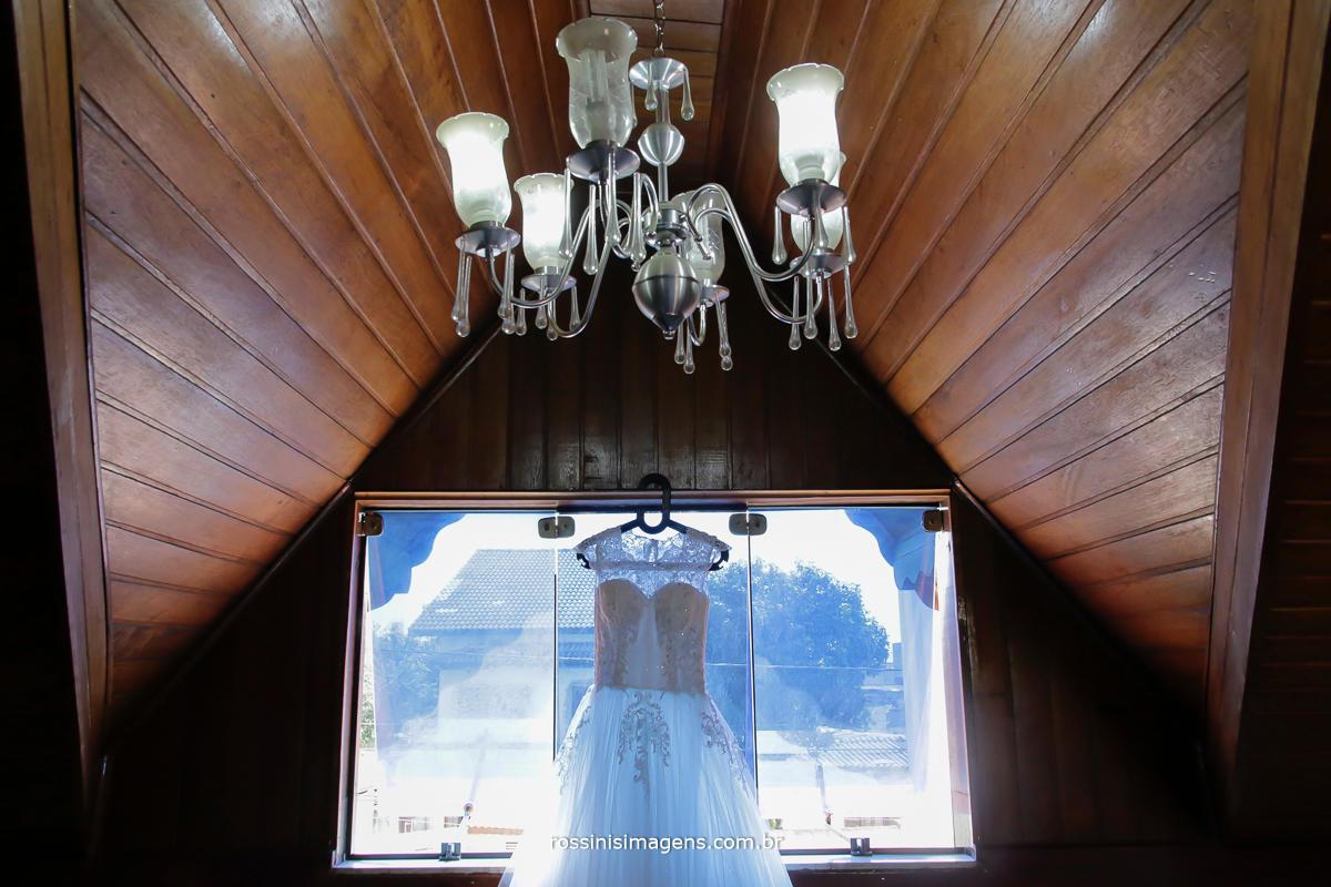 fotografia de casamento vestido da noiva na janela, foto criativa de casamento wedding day o dia especial