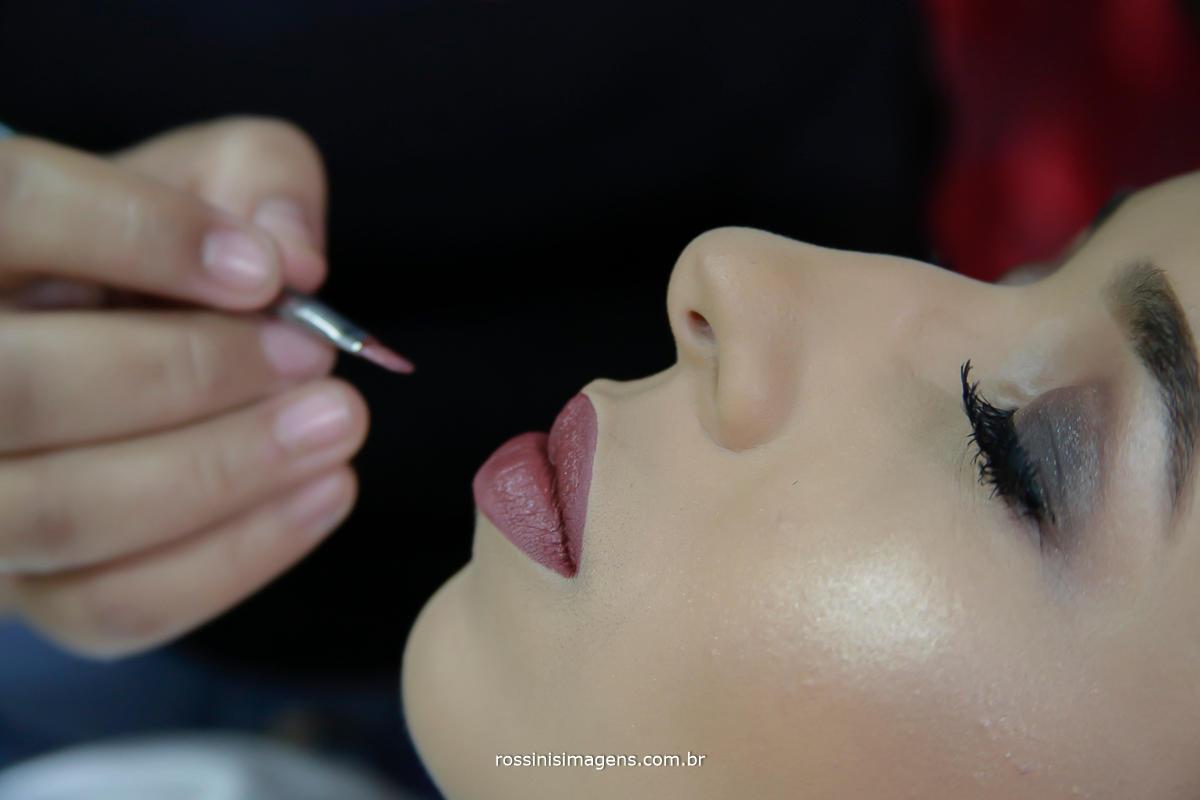 foto de maquiadora produzindo a noiva jaqueline no espaço Rosina Freitas em mogi das cruzes - sp
