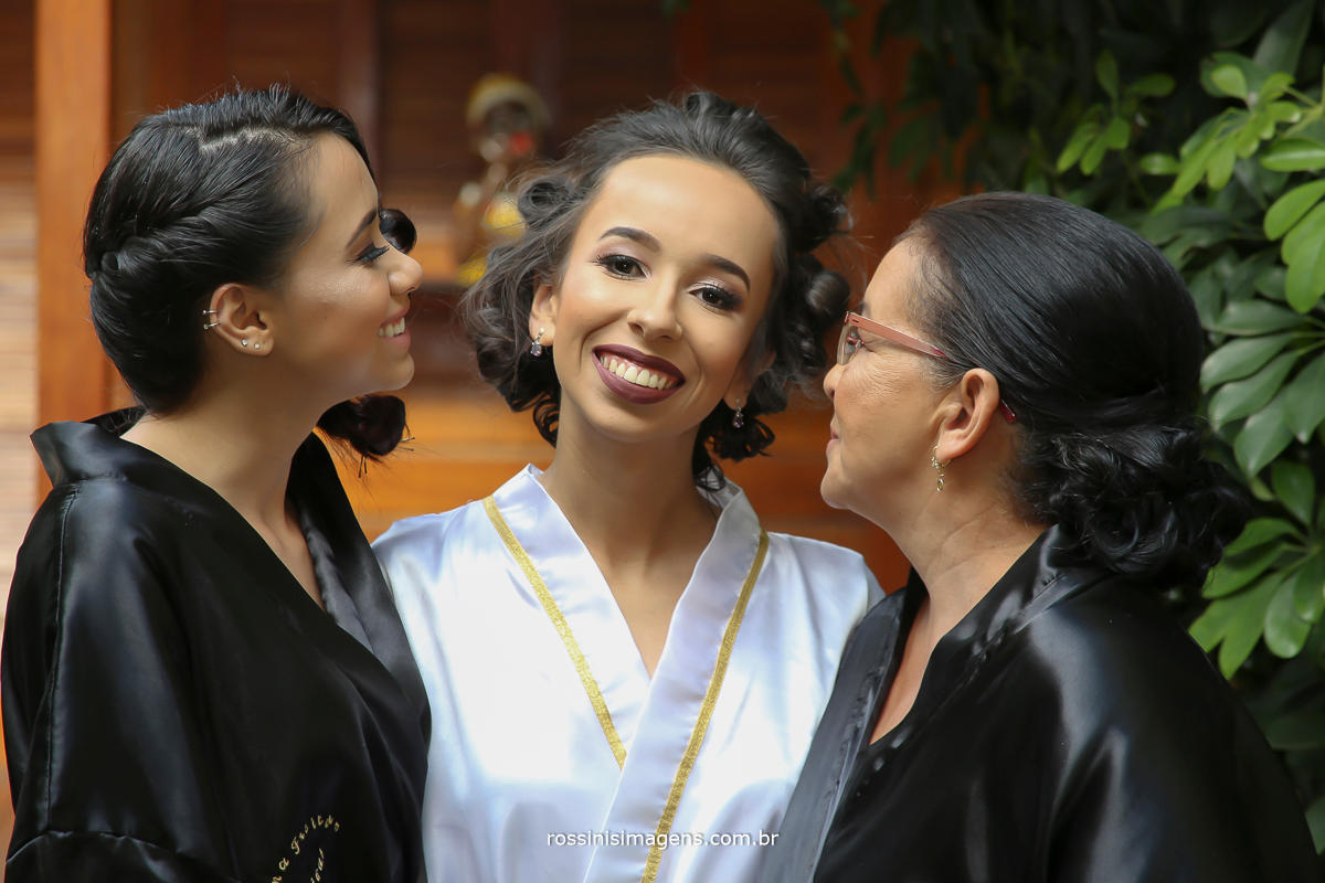 fotografia da noiva Jaqueline com sua mãe e madrinha no making of no espçao da rosina Freitas em Mogi das cruzes, por Rossinis Imagens - foto e video