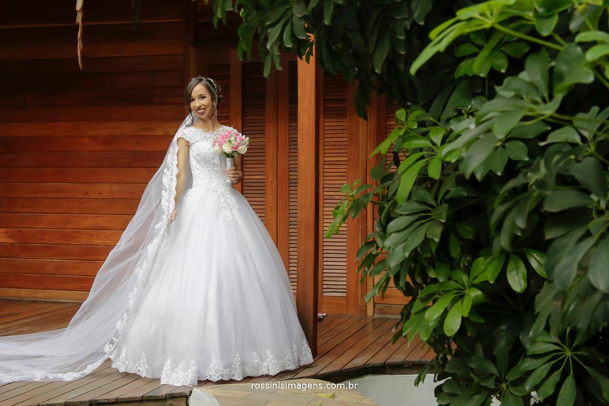 noiva exibindo o incrivel vestido feito pela rosina freitas, com muito amor e cuidado, noiva feliz só com a rossinis imagens