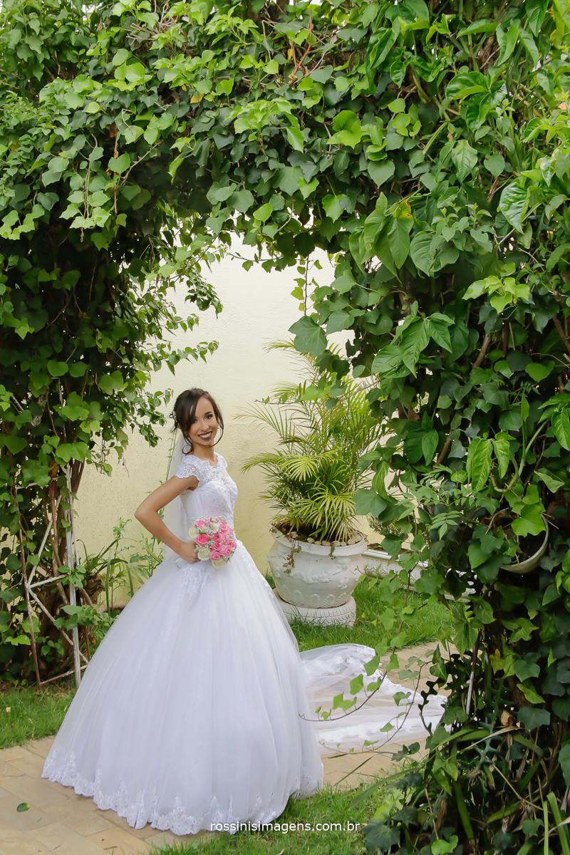 dia de beleza para a noiva , noiva com o maravilhoso buquê de rosas rosa, uma lindeza Jaqueline e matheus