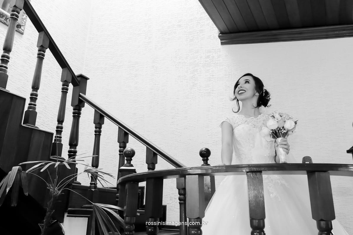 fotografo para casamento, dia da noiva, cerimonia e festa, em mogi das cruzes - sp noiva na escada no espaço rosina freitas e mogi, um belíssimo lugar para fazer o making of,