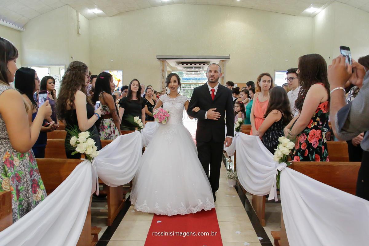 entrada da noiva na paroquia nossa senhora de fatima , noiva jaquelçine conduzida por seu pai nesse lindo e maravilhoso dia
