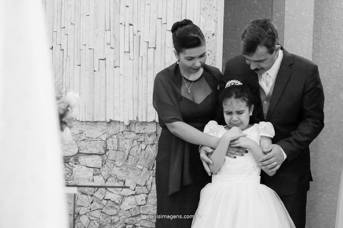 pai e mãe do noivo consolando a sua irmã muito emocionada com esse grande dia do casamento do irmão