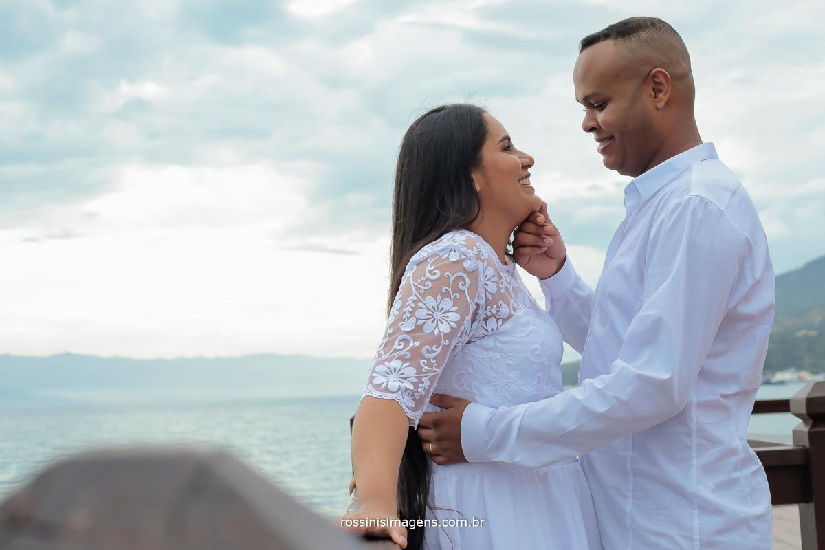 noivo e noiva juntos na sessão de fotos em Ilhabela são paulo