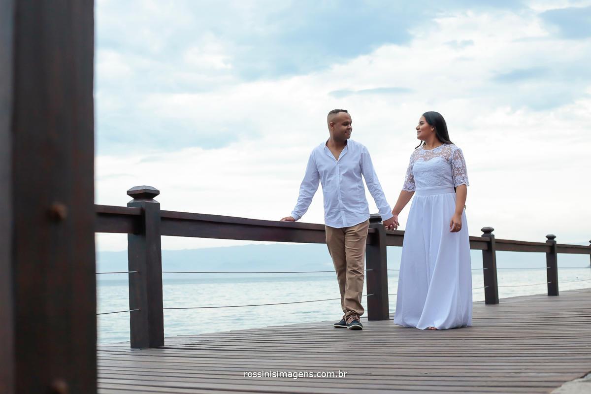 casal caminhando no pier de ilha bela são paulo