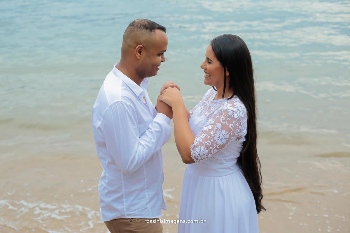 fotografia de casal na praia noivos thiago e Noemi