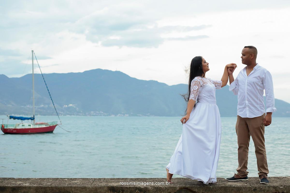casal dançando em ilhabela e o barquinho alfundo