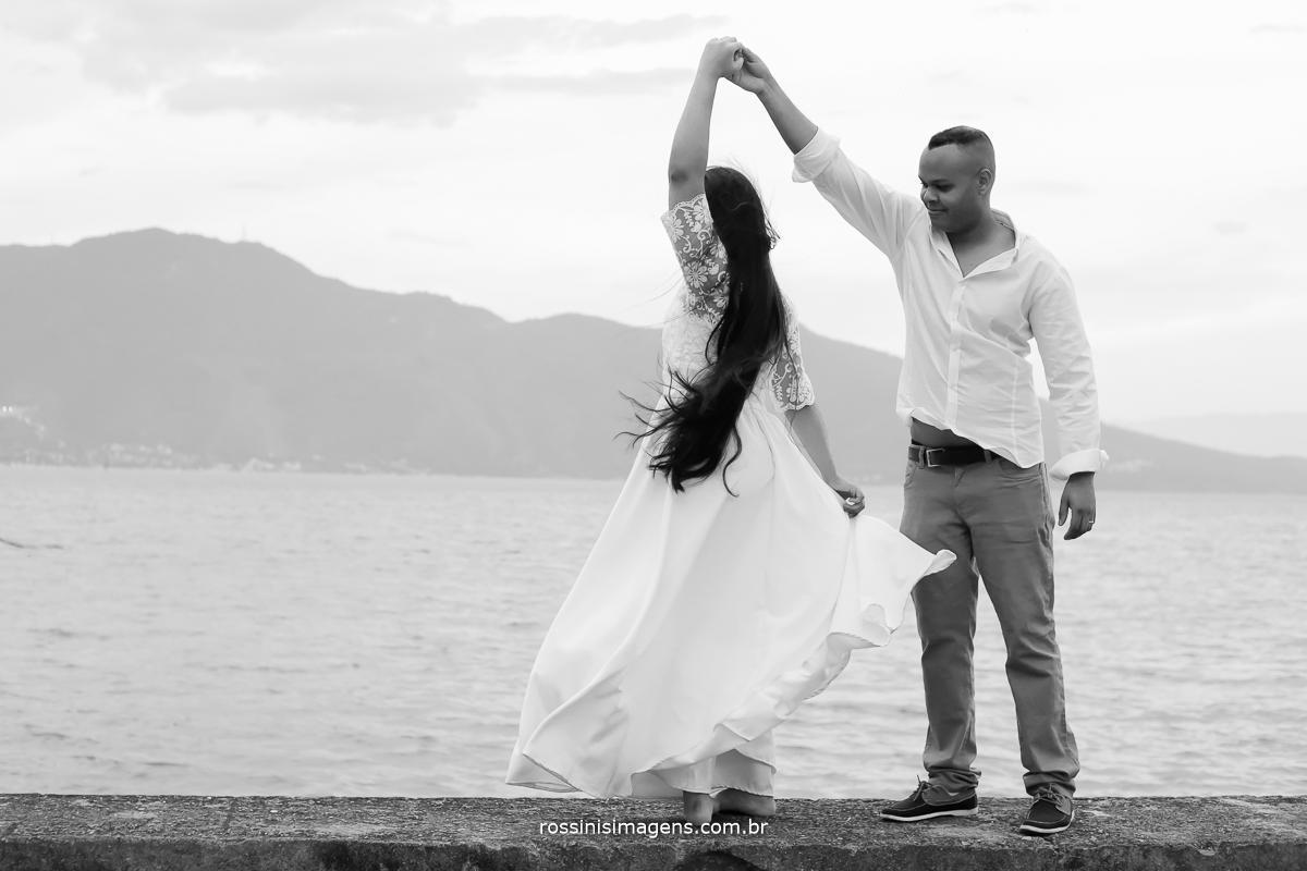 noivo girando a noiva na praia dançando são paulo