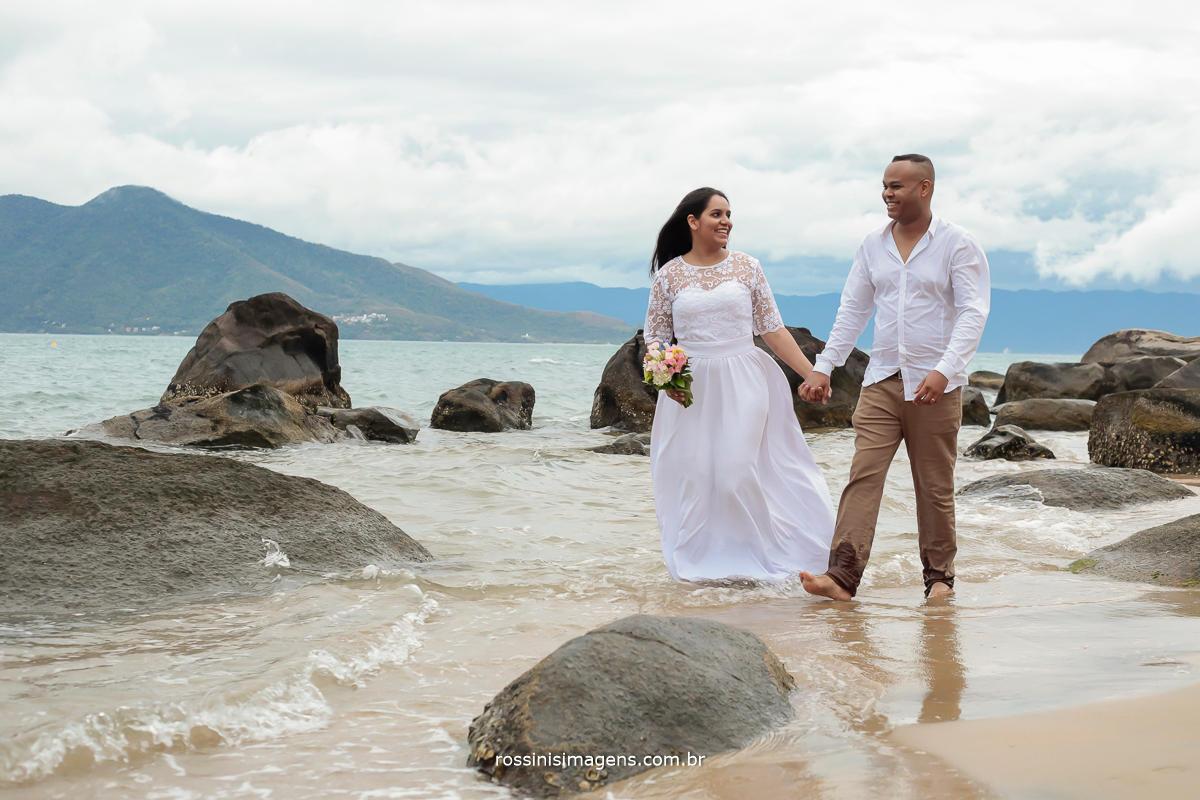 casal romântico e apaixonado no ensaio em ilha bela