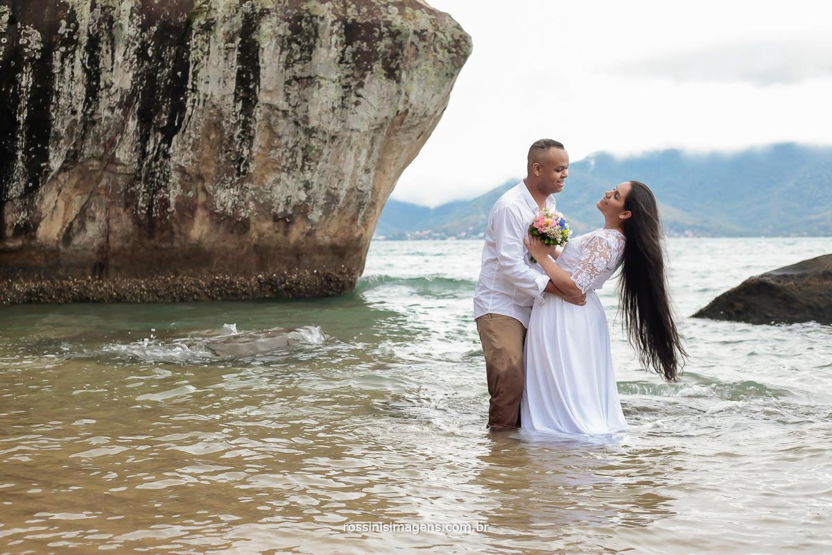 casal em ilhabela no ensaio pre casamento, casamento na praia