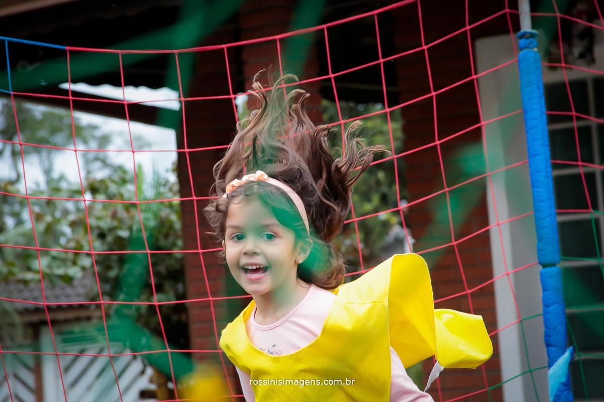 fotografia de momento nathalia a aniversariante no ar pulando na cama elástica em seu aniversario de 5 anos