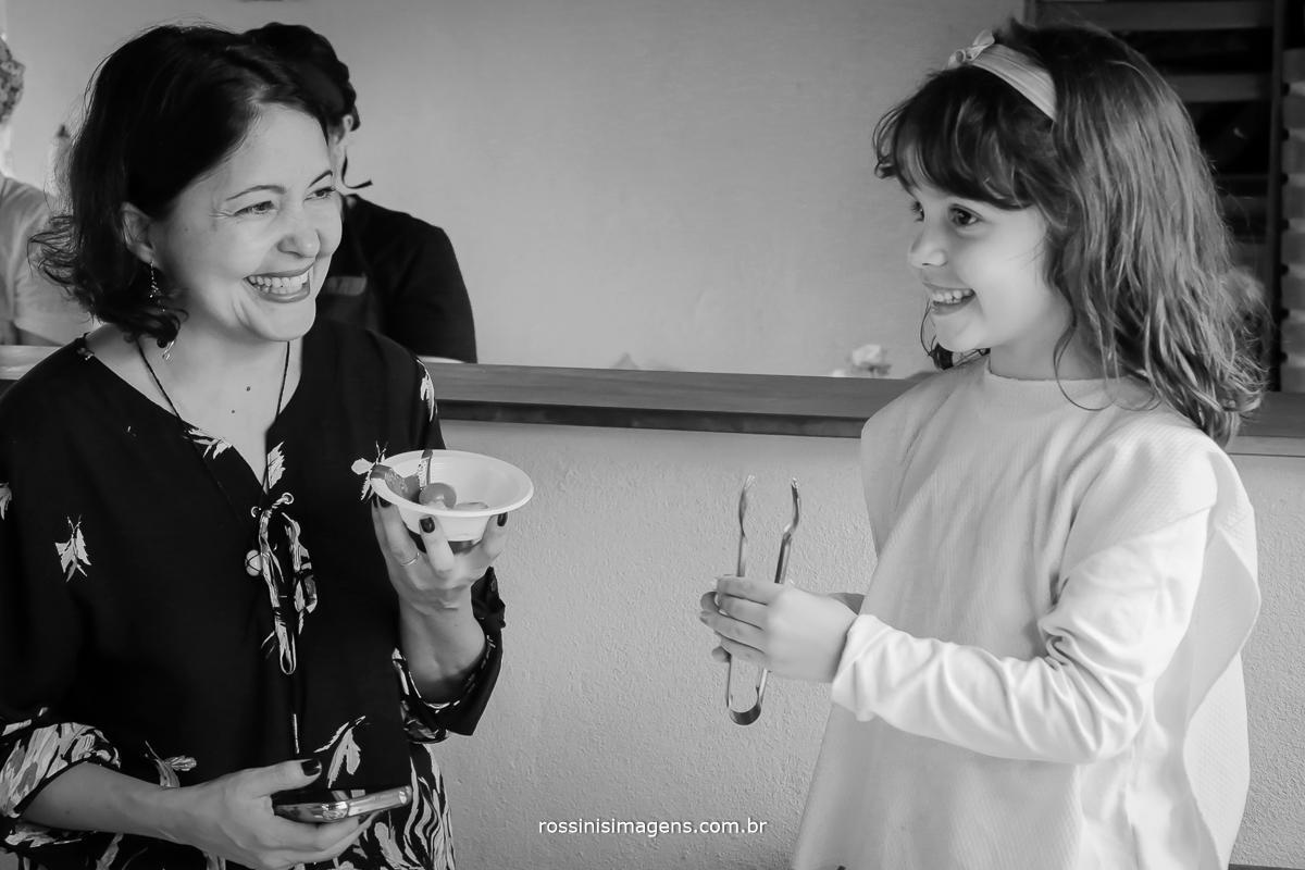 rossinis imagens fotografia e vídeo mãe e filha juntas , amor , família, alegria e um lindo sorriso no rosto
