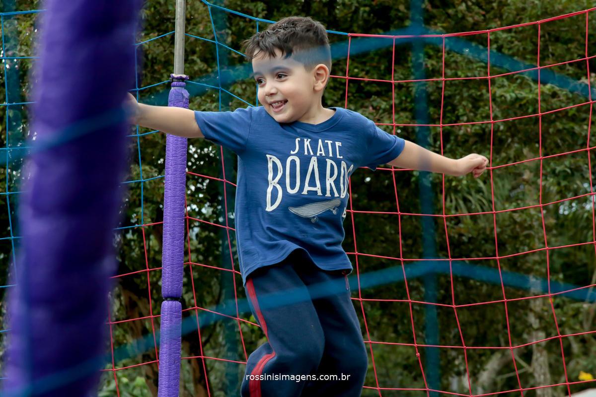 criança brincando no pula pula