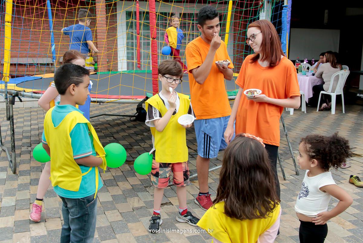 entretenimento para aniversario infantil, crianças brincando, animadas com as brincadeiras