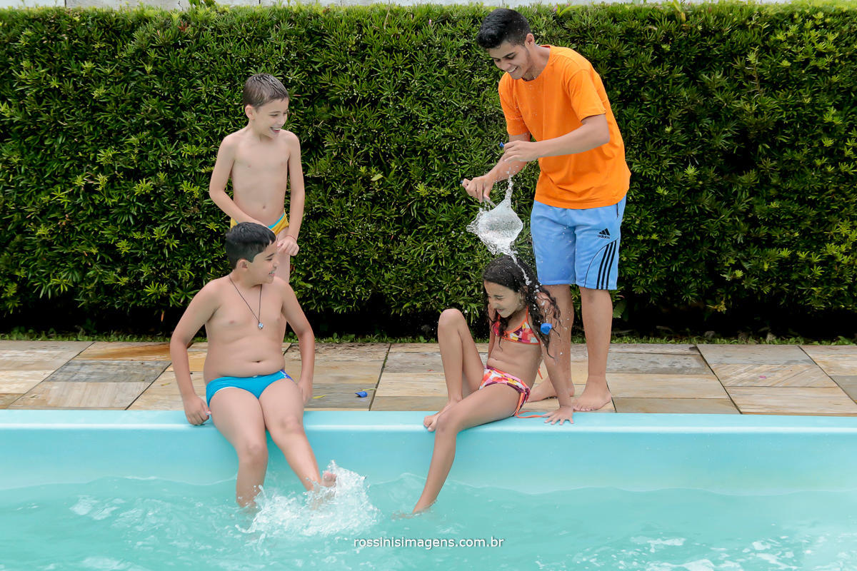 fotografia de entretenimento para festa de aniversario, na piscina, brincadeiras com agua