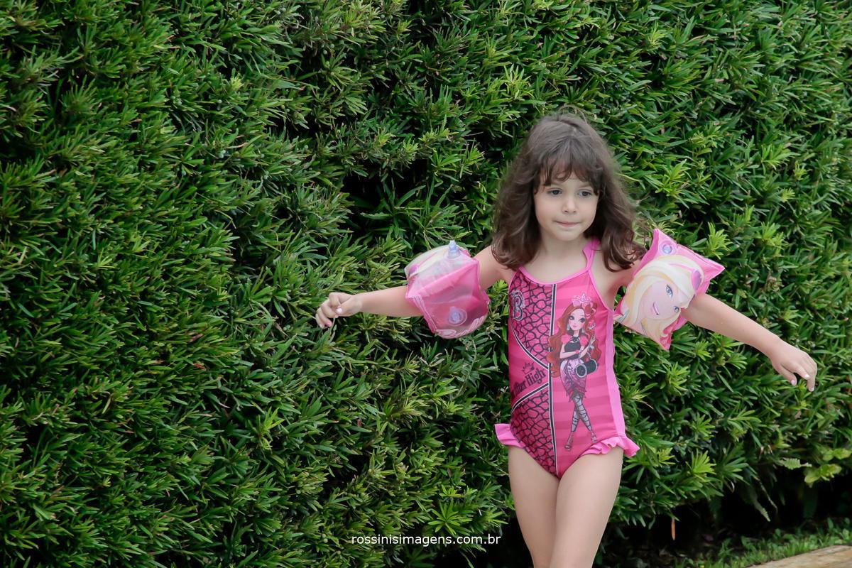 aniversariante nathalia indo pra piscina com sua boia
