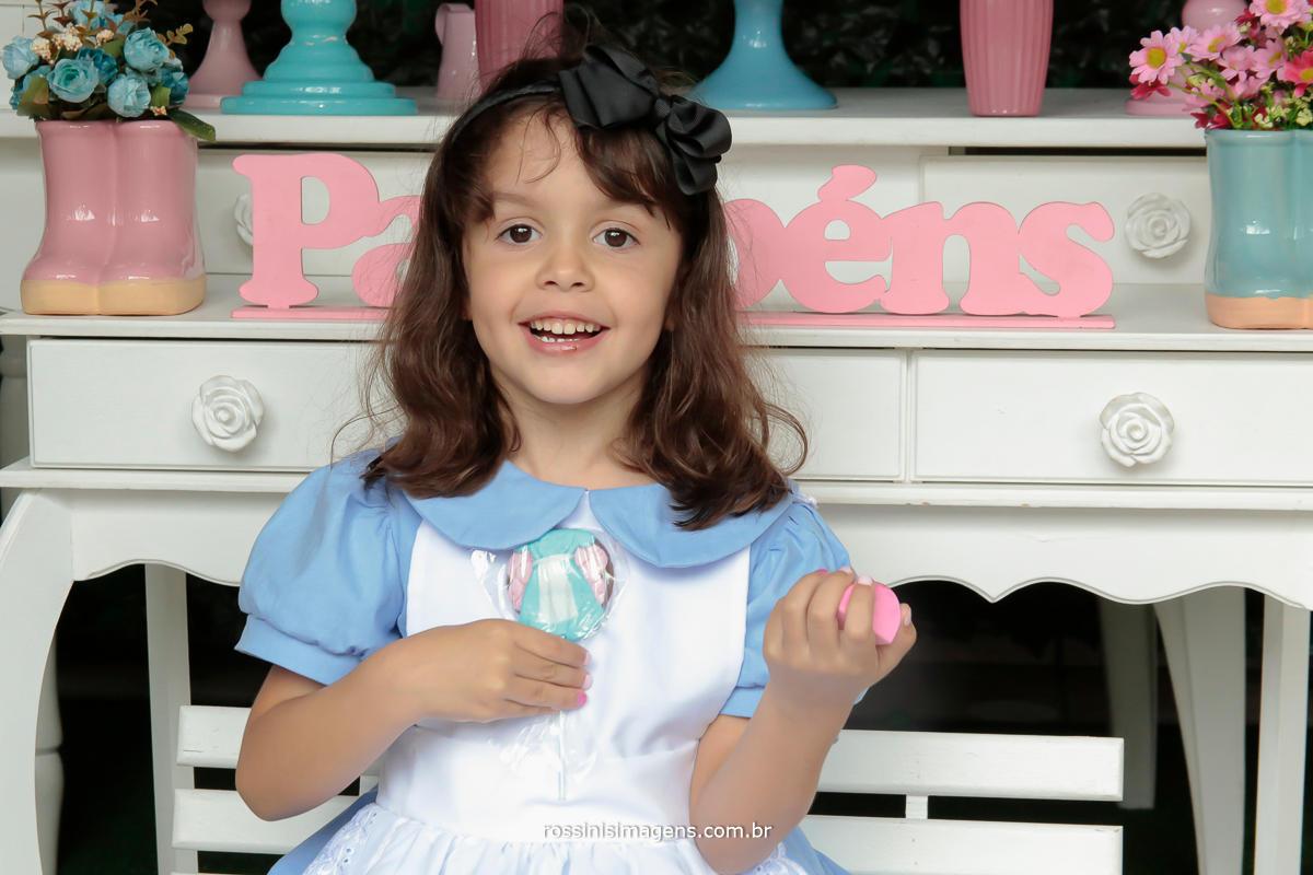 fotografia da aniversariante nathalia na mesa do bolo decorada no pais das maravilhas, coisa mais linda,