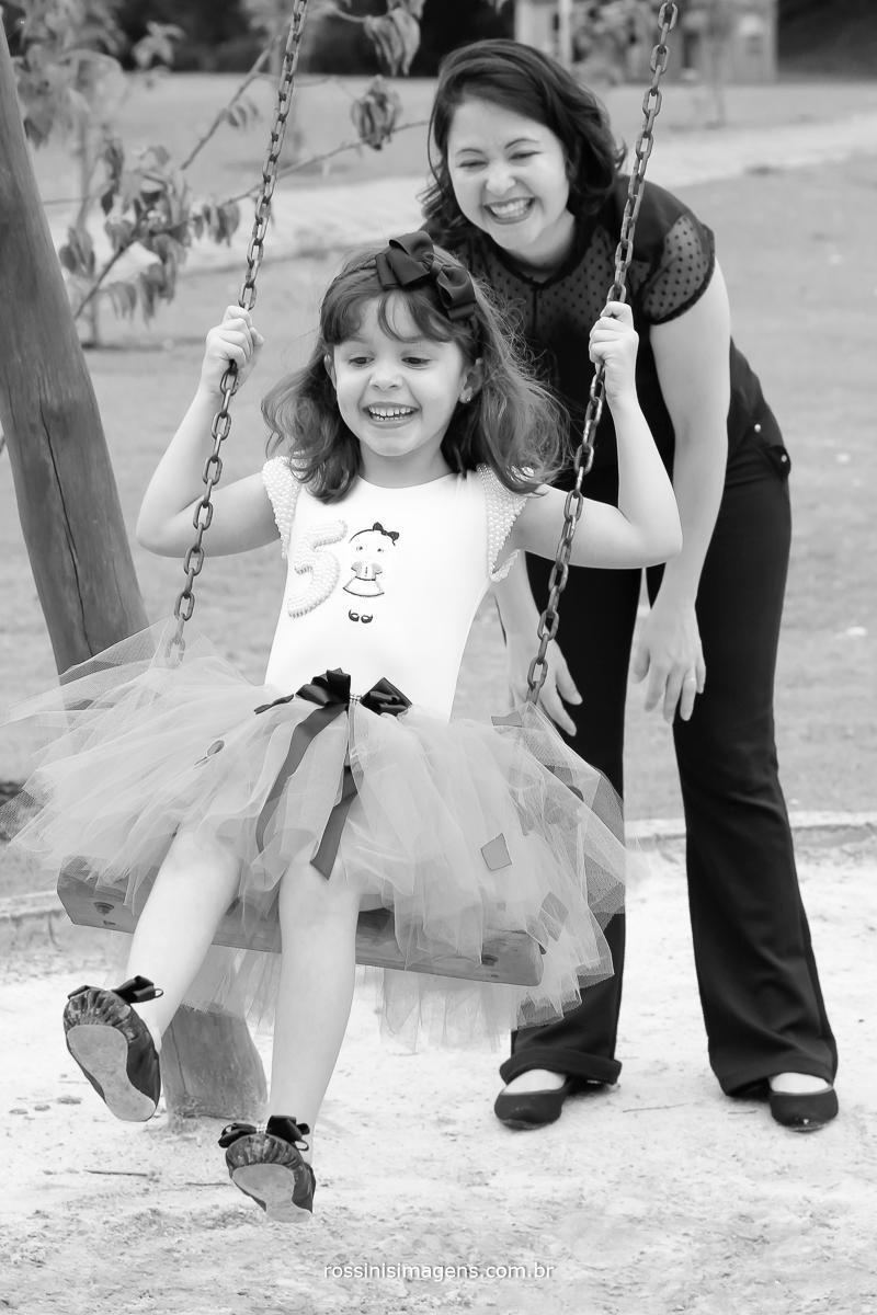 mãe e filha brincando na sessão de fotos para o aniversario de 5 anos da nathalia realizado em Rio Grande da Serra