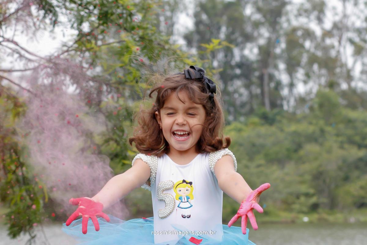 fotografia de ensaio infantil com pó colorido, criança brincando, feliz, rossinis imagens, foto e video, em mogi das cruzes, suzano, abc, rio grande da serra, capital, são paulo