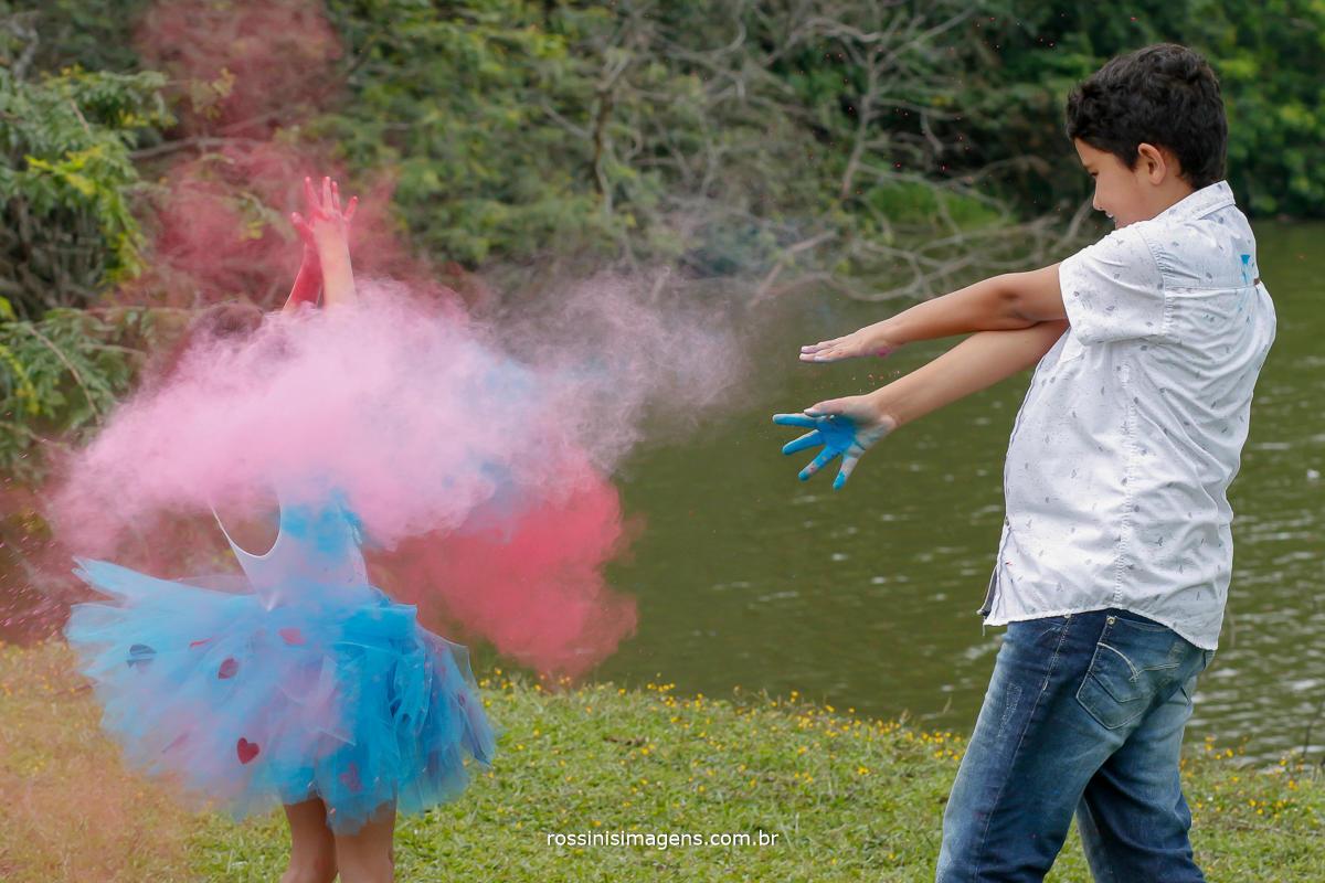 Criança brincando com pó colorido, holi, zin color, ensaio fotográfico infantil para aniversario