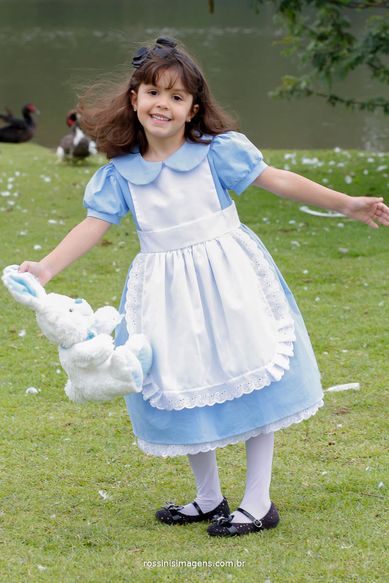 fotografia do ensaio temático da nathalia com tema Alice no pais das maravilhas no parque centenário