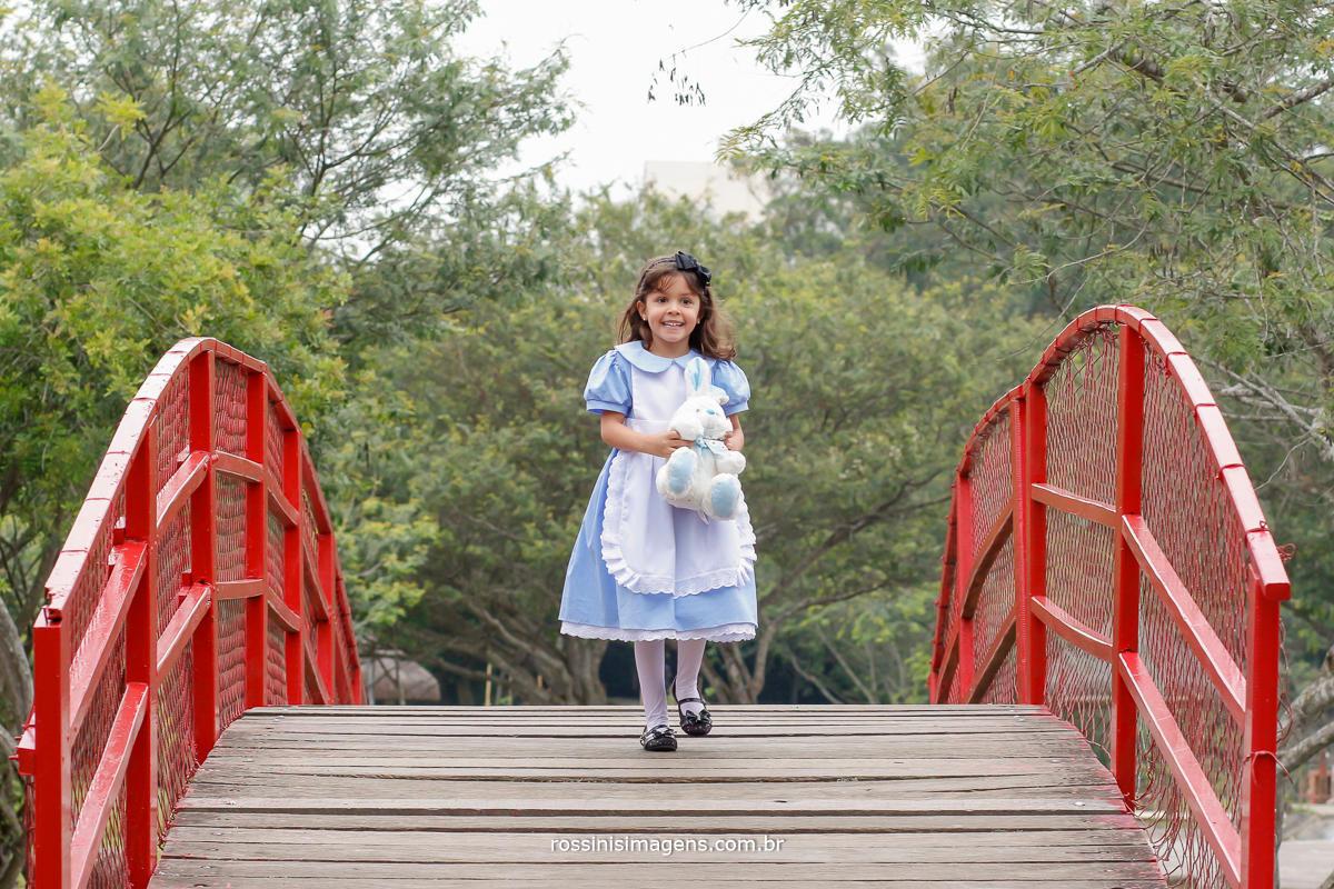 alice no pais das maravilhas, nathalia fotografada por rossini's imagens no parque centenario em mogi das cruzes e região grande são paulo