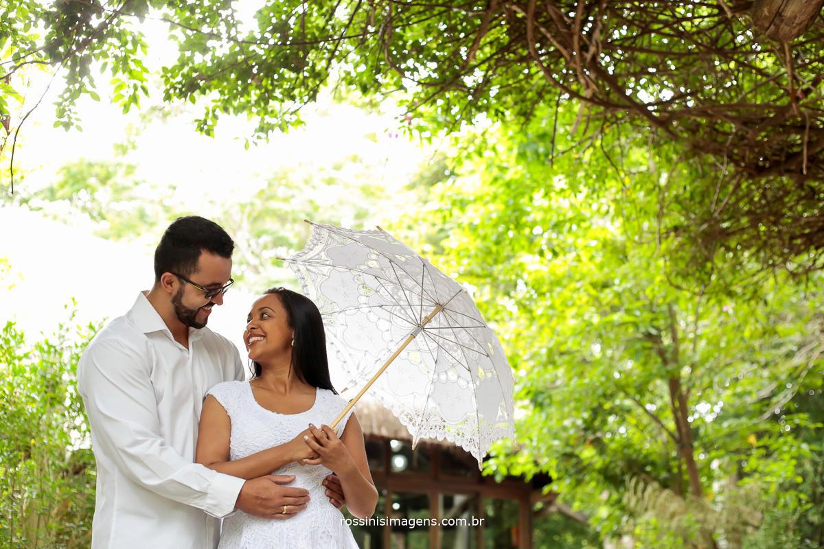 fotografia de casal apaixonado em parque de Guararema sp por rossinis imagens