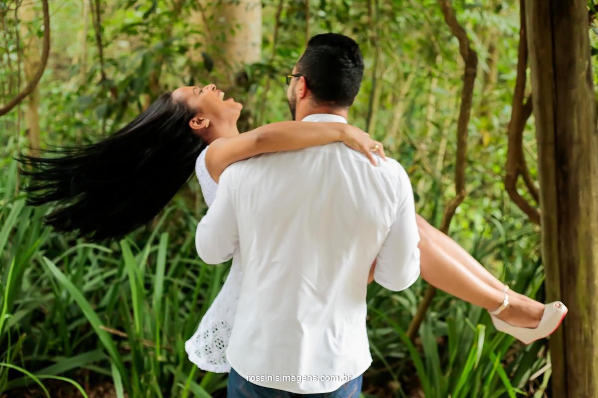 foto criativa de casal em movimento registando a emoção, alegria e felicidade do casal