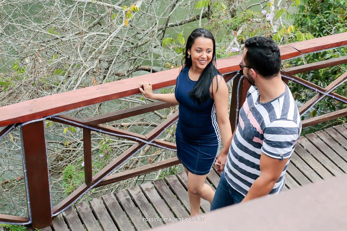 casal apaixonado caminhando no parque em Guararema na sessão de fotos para o casamento, Midian e David, por rossinis imagens