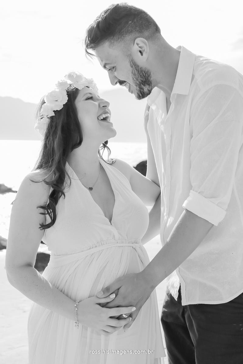 fotografia de casal na praia gestante